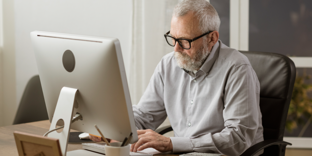 Ventajas de contratar adultos mayores en la era digital.